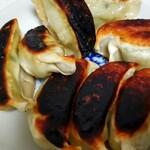 餃子の雪松 - 料理写真:これ一種類だけの販売。持ち帰りのみで自宅で焼きました