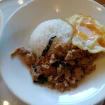 マンゴツリーカフェ+バー - 鶏のガパオ