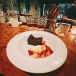 ビストロフジ - ガトーショコラとバニラアイス苺添え