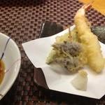海食亭 むつわん - 2000円コース、⑤天ぷら、海老、獅子唐、ミョウガ