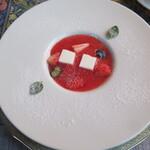 シュバルツバルト - 料理写真:苺のスープはココナッツのジュレとともに