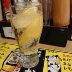 大衆酒場 あげもんや - 名物!!あげもんやまるごと凍結レモンサワー528円