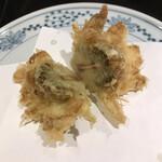 天ぷら新宿つな八 - 潮浜4620円。蕗の薹。春の息吹を存分に堪能できる一品です(╹◡╹)(╹◡╹)