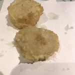 天ぷら新宿つな八 - 潮浜4620円。ホタテ。肉厚のホタテを絶妙な火加減での提供です。とーっても美味しかったです(╹◡╹)(╹◡╹)