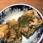 天ぷら新宿つな八 - 潮浜4620円。茄子の深川揚げ。茄子にアサリとネギを紫蘇で巻き、天ぷらに仕上げたものです。これは好みではありませんでした。。。茄子だけの方が良かったです