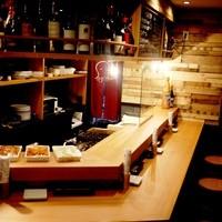 オクトヤ - 1階のカウンターのお席。店内はカウンター席の他、2階の掘りごたつのお座敷もご用意しております。