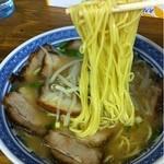 ラーメンセンター本陣 - チャーシュー麺(麺持ち上げ)_2012年9月