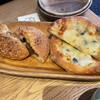 トラスパレンテ - 料理写真:チーズカレーパンとゴルゴンゾーラとはちみつのピザ