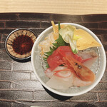 個室和食 肉割烹 吟次郎 - 季節の鮮魚四点盛り (三崎まぐろ・甘海老・鯛・カンパチ)