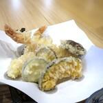 そばのみ やなせ - ◆天ぷらは「大きめの海老2尾」「茄子」「カボチャ」「ズッキーニ」「丸十」など。 衣は薄めでからっと揚がり、美味しい。