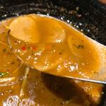 149937819 - 【2021年04月】ヤサイ@1,100円 スープ辛さ7番、スープ大盛+0円、ライスS(150g)、 ガーリックオイル(風味しっかり)+50円、 エナックブロッコリー(アゲアゲ)+170円、計1,320円、スープアップ。スライスガーリックもたっぷり入っててすくってみた。