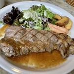 シャンデリア テーブル - 牛ロースのグリエ 自家製オニオンガーリックソース。結構ボリューミー♫