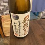 日本酒商店 YODARE - 現在、「飛露喜」は蔵にも在庫なし。「一歩でも自分の酒造りの質を向上させたい」と、毎年夏には少しずつ蔵を改修。先を見据えた酒蔵造りにまい進。 一升瓶のラベルの文字はお母様、廣木浩江さんの手によるもの。