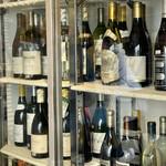 maru 3F - クーラーにも結構な数のワインが冷やされてます ここから好きなものを取り出して値段を確認してから飲みます