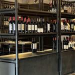 maru 3F - 店内は至るところにワインが陳列してあって買って帰ることもできます
