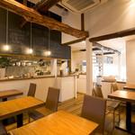 Japanese Vegetable House 菜 - 席と席の間隔も広く、ゆったりとして落ち着いた店内。