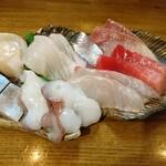 津軽海峡を渡って来た男 あきら - お刺身8種盛り合わせ(430円)×2
