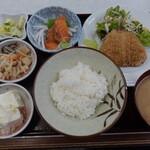 ゆたか食堂 - ワンコインランチからサーモン刺身とアジフライの定食