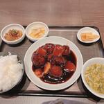 sapporosaifuujin - やわらか肉団子と根菜の黒酢酢豚
