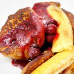スーホルムカフェ+ダイニング - ラズベリーと焼きバナナのフレンチトースト(700円)