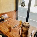 150002584 - ◎店内はコロナ対策も万全。テーブルには白しょうが、辛子高菜、ゴマ、コショー、にんにく、餃子のタレ、ラー油がある。