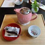 カフェ井政 - ルイボスティーとチョコレートケーキ