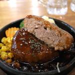 肉バル BEEF KITCHEN STAND - カットしたハンバーグ