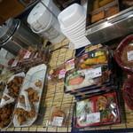 オリジン弁当 上板橋北口店 - 店内中央。お弁当やおでんなど
