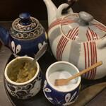 博多水炊き あうん  - 味付けと薬味のポン酢、酢、ニラ醤油、ゆず胡椒