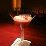 バー ル・サロン - フレッシュラズベリーのカクテル ローズティのメレンゲと