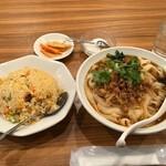 龍 刀削麵 - 酸辣刀削麺麺大盛+半チャーハン