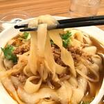 龍 刀削麵 - 酸辣刀削麺の麺