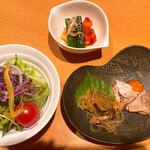 炭火焼肉 ソウル - キムチ盛り、 前菜、 サラダ