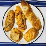 レ・ミュウ - 左上: ポルチーニ茸のフランスパン 中:サルサ・チリドッグ 右上:男爵いもとベーコンのフランスパン 左下: ポモ・ドーロ 右下: チェダーチーズのフランスパン