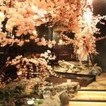 川の音 - 四季をイメージした店内をお楽しみください