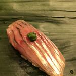 寿司処 やまざき - おまかせ6000円。鯵。見た目も鮮やかな鯵は、鮮度の良さが際立ち、程よい脂とスッキリした旨味が良かったです(╹◡╹)
