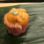 寿司処 やまざき - おまかせ6000円。雲丹トロ巻き。旨味の濃いものどうしですが、喧嘩しながらも、調和もあり、破壊的な美味しさです(╹◡╹)(╹◡╹)