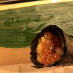 寿司処 やまざき - おまかせ6000円。雲丹とイクラの手巻き。こちらはそれなりです(^。^)