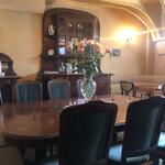 カフェ・アンセーニュダングル - 照明を少しおとした落ち着いた店内