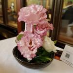 150105360 - 各テーブルにお花あり
