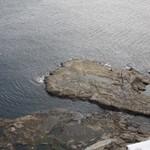 魚見亭 - テラス席から見下ろすと岩場が見えます。