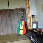 ナイヤビンギ - なぜか私の入った個室には、ジャマイカぽいものがおかれています