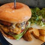 150119386 - ルーサーバーガー✨通常メニューには ありません。バンズの代わりにドーナツ。ダブルパティ(120g✕2枚)にベーコン、チーズ、レタスにトマト!意外に甘じょっぱさは控えめで肉の旨味が引き立つバーガーです♫