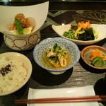 桜ヶ丘 - 地鶏の唐揚 サラダと小鉢ひと品