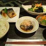 桜ヶ丘 - 秋鯖の一夜干し サラダと小鉢ひと品
