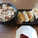 麺屋八代 - チャーマヨ丼(中)400円+餃子300円