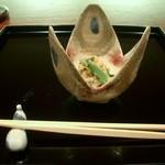 御料理 伊とう - ≪9月≫松茸と春菊の卯の花。菊の花びらが彩を添え、秋を告げています。