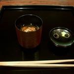 御料理 伊とう - ≪9月≫箸休め。温かいお蕎麦です。焼き松茸が入りです。シンプルな塗りのふたを開けたら良い香り。ふたの内側が可愛い模様でした。(^ー^) 奈良産のお蕎麦は細めでコシがありました。お出汁が美味しい~。