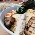 優勝軒 - 手前:特製つけ麺 特盛(600g)、奥:うま辛ふじ麺(野菜少量)