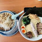 優勝軒 - 右:特製つけ麺 特盛(600g)、左:うま辛ふじ麺(野菜少量)